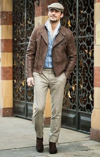Cómo combinar: chaqueta motera de cuero marrón, camisa vaquera celeste, pantalón de vestir de lana en beige, botines chelsea de ante en marrón oscuro