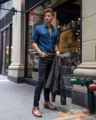 Cómo combinar: chaqueta motera de ante en gris oscuro, camisa vaquera azul, vaqueros pitillo negros, botas casual de cuero marrónes