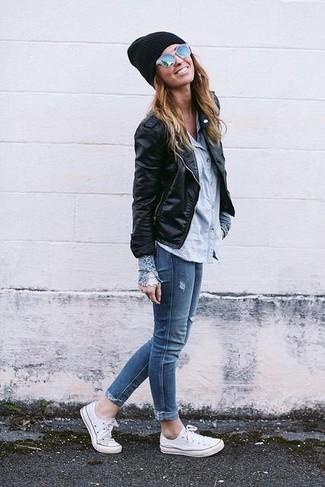 Haz de una ropa de abrigo y unos vaqueros pitillo azules tu atuendo para un look diario sin parecer demasiado arreglada. Tenis de lona blancos añaden un toque de personalidad al look.