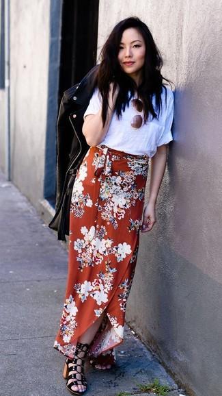 Cómo combinar: chaqueta motera de cuero negra, camiseta con cuello circular blanca, falda larga con print de flores naranja, sandalias de tacón de ante negras