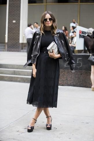Cómo combinar: chaqueta motera de cuero negra, camiseta con cuello circular negra, falda midi de gasa negra, sandalias de tacón de cuero negras