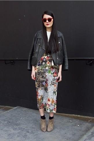 Cómo combinar: chaqueta motera de cuero negra, camiseta con cuello circular estampada en blanco y negro, falda midi con print de flores en multicolor, botines de ante marrónes