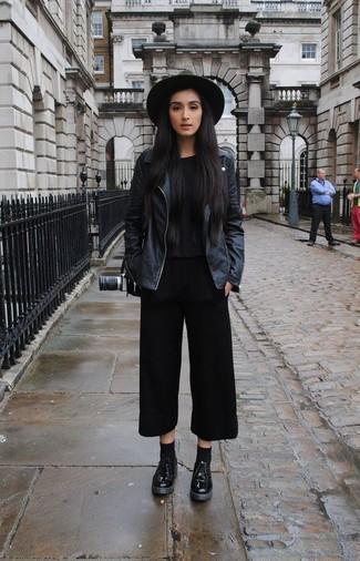 Mantén tu atuendo relajado con una chaqueta motera de cuero negra y una falda pantalón negra. Zapatos derby de cuero negros añaden un toque de personalidad al look.