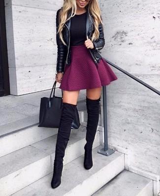 Look de moda: Chaqueta motera de cuero acolchada negra, Camiseta con cuello circular negra, Falda skater morado, Botas sobre la rodilla de ante negras