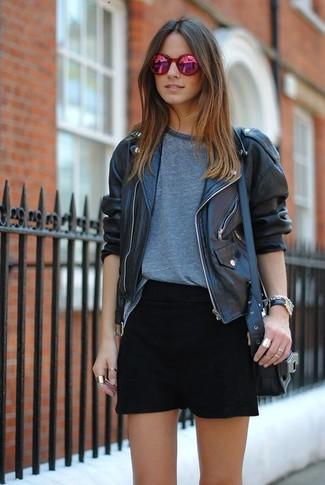 Cómo combinar: chaqueta motera de cuero negra, camiseta con cuello circular gris, minifalda negra, bolso bandolera de cuero negro