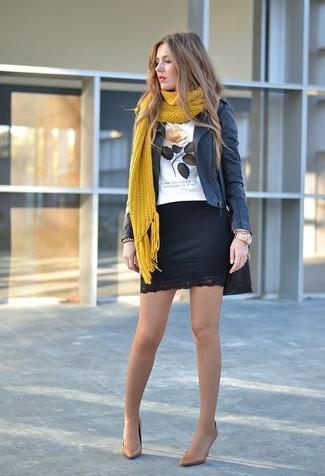 Cómo combinar: chaqueta motera de cuero negra, camiseta con cuello circular estampada blanca, minifalda de encaje negra, zapatos de tacón de cuero marrón claro