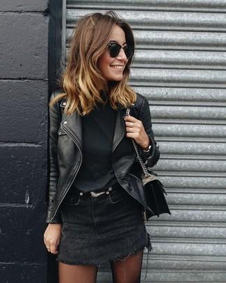 Cómo combinar una camiseta con cuello circular negra: Para un atuendo tan cómodo como tu sillón intenta ponerse una camiseta con cuello circular negra y una minifalda vaquera negra.