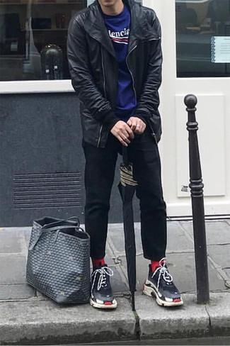 Cómo combinar: chaqueta motera de cuero negra, camiseta con cuello circular estampada azul, pantalón chino negro, deportivas negras