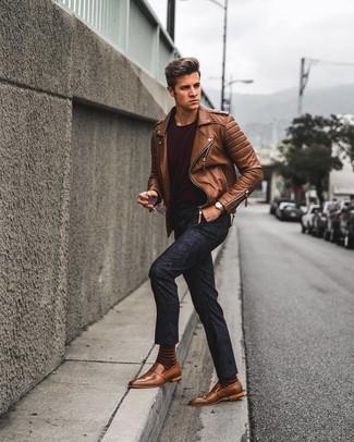 Cómo combinar una chaqueta motera de cuero marrón: Para crear una apariencia para un almuerzo con amigos en el fin de semana elige una chaqueta motera de cuero marrón y un pantalón chino con print de flores azul marino. Agrega mocasín de cuero marrón a tu apariencia para un mejor estilo al instante.