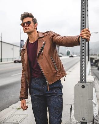 Cómo combinar una chaqueta motera de cuero marrón: Para crear una apariencia para un almuerzo con amigos en el fin de semana empareja una chaqueta motera de cuero marrón junto a un pantalón chino con print de flores azul marino.