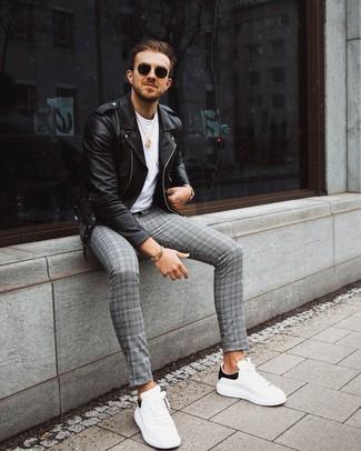 Cómo combinar: chaqueta motera de cuero negra, camiseta con cuello circular blanca, pantalón chino de tartán gris, tenis de cuero en blanco y negro