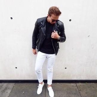 Cómo combinar: chaqueta motera de cuero negra, camiseta con cuello circular negra, pantalón chino blanco, tenis blancos