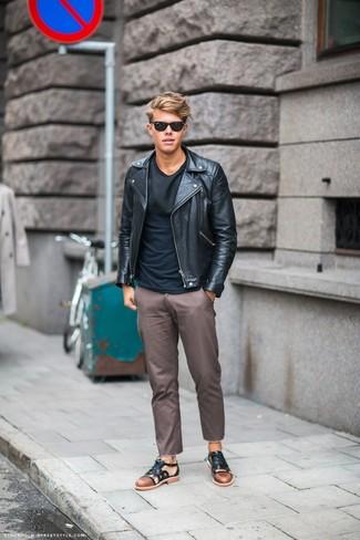 Cómo combinar una camiseta con cuello circular negra: Equípate una camiseta con cuello circular negra junto a un pantalón chino marrón para lidiar sin esfuerzo con lo que sea que te traiga el día. ¿Quieres elegir un zapato informal? Completa tu atuendo con sandalias de cuero negras para el día.
