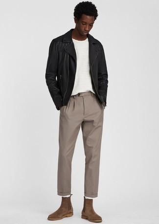 Cómo combinar una chaqueta motera de cuero negra: Utiliza una chaqueta motera de cuero negra y un pantalón chino marrón claro para una apariencia fácil de vestir para todos los días. Opta por un par de botines chelsea de ante marrónes para mostrar tu inteligencia sartorial.