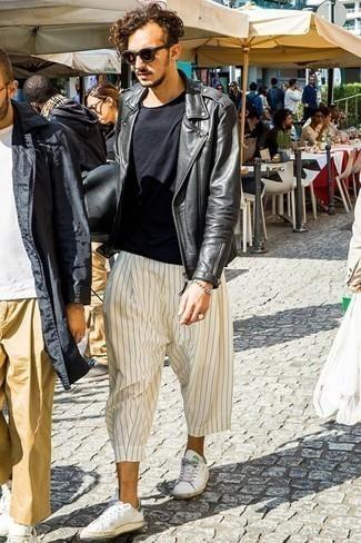 Outfits hombres en clima fresco estilo casuale: Intenta combinar una chaqueta motera de cuero negra junto a un pantalón chino de rayas verticales blanco para una vestimenta cómoda que queda muy bien junta. Completa el look con tenis de cuero blancos.