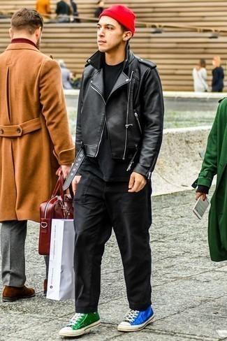 Cómo combinar un gorro rojo: Intenta ponerse una chaqueta motera de cuero negra y un gorro rojo para un look agradable de fin de semana. ¿Te sientes valiente? Completa tu atuendo con zapatillas altas de lona en multicolor.