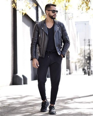 Cómo combinar una chaqueta motera de cuero negra: Este combo de una chaqueta motera de cuero negra y un pantalón chino negro te permitirá mantener un estilo cuando no estés trabajando limpio y simple. Si no quieres vestir totalmente formal, elige un par de deportivas negras.