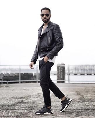 Cómo combinar una chaqueta motera de cuero negra: Una chaqueta motera de cuero negra y un pantalón chino negro son prendas que debes tener en tu armario. Para el calzado ve por el camino informal con deportivas en negro y blanco.
