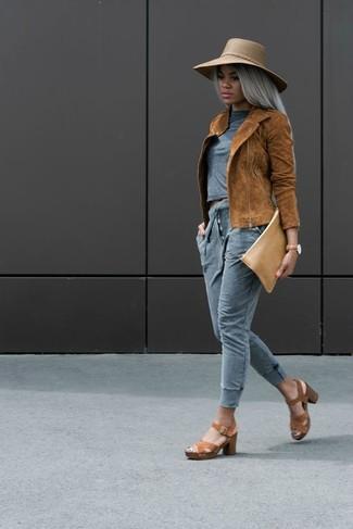 Cómo combinar: chaqueta motera de ante en tabaco, camiseta con cuello circular gris, pantalón de chándal gris, sandalias de tacón de cuero marrónes