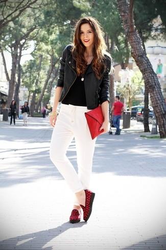 Emparejar una chaqueta motera de cuero negra y un pantalón de pinzas blanco es una opción cómoda para hacer diligencias en la ciudad. Agrega mocasín a tu apariencia para un mejor estilo al instante.