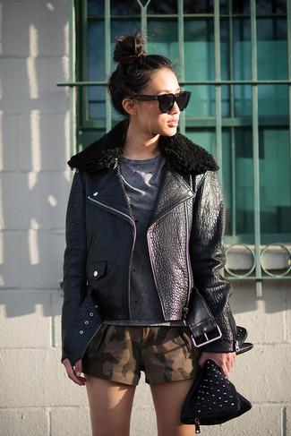 Cómo combinar: chaqueta motera de cuero negra, camiseta con cuello circular en gris oscuro, pantalones cortos de camuflaje verde oscuro, cartera sobre de cuero con adornos negra