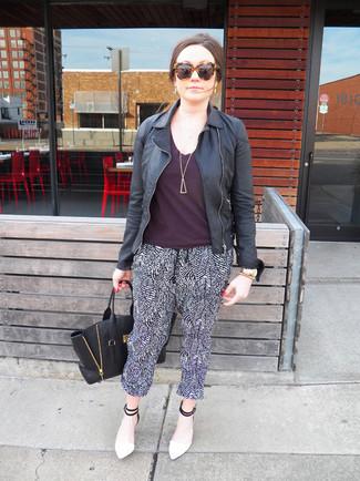 Cómo combinar: chaqueta motera de cuero negra, camiseta con cuello circular morado oscuro, pantalones de pijama en negro y blanco, zapatos de tacón de cuero en blanco y negro