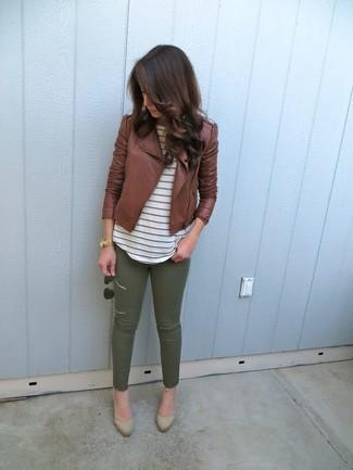 Cómo combinar: chaqueta motera de cuero marrón, camiseta con cuello circular de rayas horizontales blanca, pantalones pitillo verde oliva, zapatos de tacón de ante marrón claro