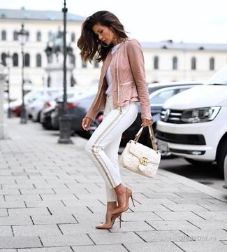 Cómo combinar: chaqueta motera de cuero rosada, camiseta con cuello circular blanca, pantalones pitillo blancos, zapatos de tacón de cuero marrón claro