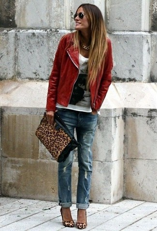 Una chaqueta motera de cuero roja y unos vaqueros boyfriend desgastados azules son una gran fórmula de vestimenta para tener en tu clóset. Zapatos de tacón de ante de leopardo marrón claro proporcionarán una estética clásica al conjunto.