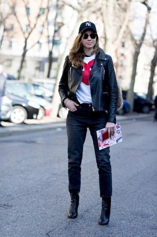 Cómo combinar: chaqueta motera de cuero negra, camiseta con cuello circular estampada en blanco y rojo, vaqueros negros, botines de cuero negros