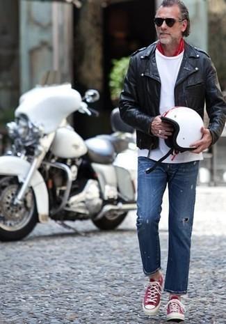 Cómo combinar: chaqueta motera de cuero negra, camiseta con cuello circular blanca, vaqueros desgastados azules, tenis en rojo y blanco