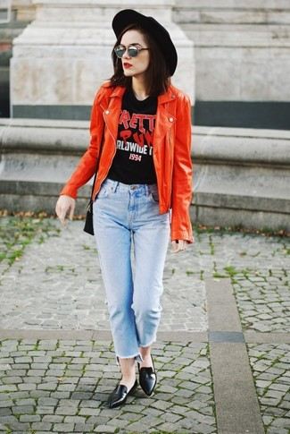 Cómo combinar: chaqueta motera de cuero roja, camiseta con cuello circular estampada negra, vaqueros celestes, mocasín de cuero negros