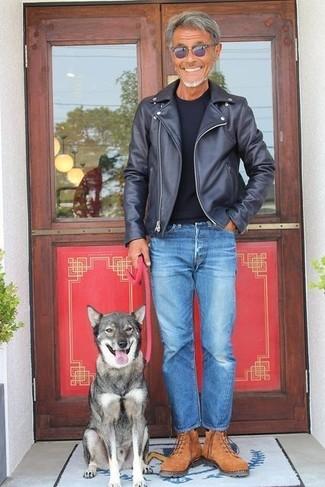 Cómo combinar: chaqueta motera de cuero negra, camiseta con cuello circular negra, vaqueros azules, botas de trabajo de ante marrónes