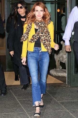 Look de Emma Roberts: Chaqueta motera de cuero amarilla, Camiseta con cuello circular negra, Vaqueros azules, Zapatos de tacón de ante negros