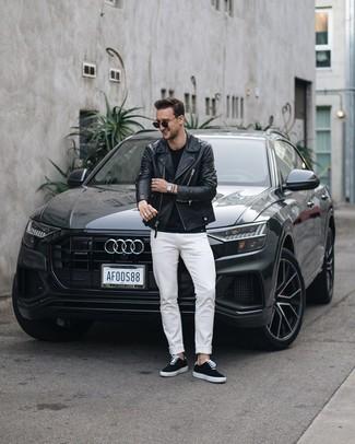Cómo combinar: chaqueta motera de cuero negra, camiseta con cuello circular negra, vaqueros blancos, tenis de lona negros