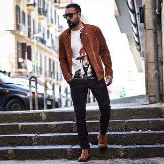 Cómo combinar: chaqueta motera de ante en tabaco, camiseta con cuello circular estampada blanca, vaqueros negros, botines chelsea de ante marrónes