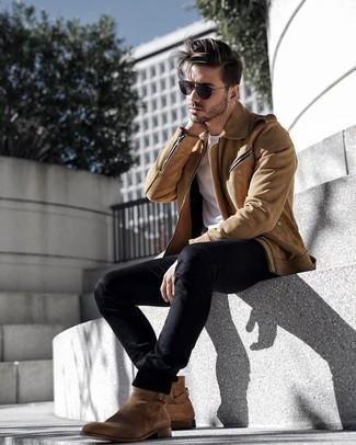 Cómo combinar unos vaqueros negros: Utiliza una chaqueta motera de ante marrón claro y unos vaqueros negros para conseguir una apariencia relajada pero elegante. Luce este conjunto con botines chelsea de ante marrón claro.