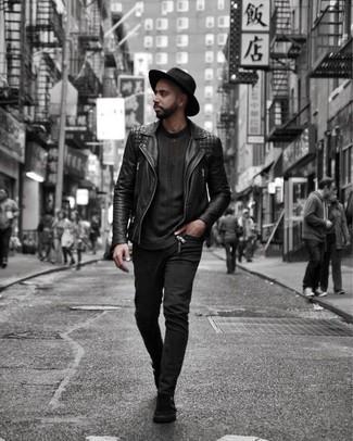 Cómo combinar una chaqueta motera de cuero negra: Empareja una chaqueta motera de cuero negra con unos vaqueros negros para conseguir una apariencia relajada pero elegante. Con el calzado, sé más clásico y elige un par de zapatos con doble hebilla de ante negros.