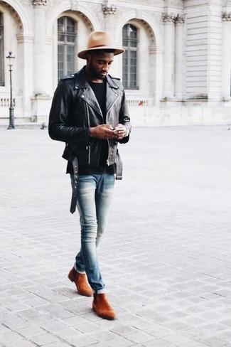 Cómo combinar: chaqueta motera de cuero negra, camiseta con cuello circular negra, vaqueros pitillo celestes, botines chelsea de ante en tabaco