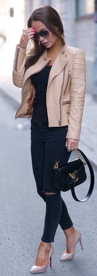 La versatilidad de una chaqueta motera de cuero marrón claro y unos vaqueros pitillo desgastados azul marino los hace prendas en las que vale la pena invertir. Zapatos de tacón de cuero rosados dan un toque chic al instante incluso al look más informal.