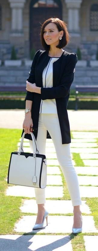 Cómo combinar: chaqueta motera negra, camiseta con cuello circular blanca, vaqueros pitillo blancos, zapatos de tacón de cuero celestes