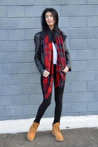 Cómo combinar: chaqueta motera de cuero negra, camiseta con cuello circular blanca, vaqueros pitillo negros, botas planas con cordones de ante marrón claro