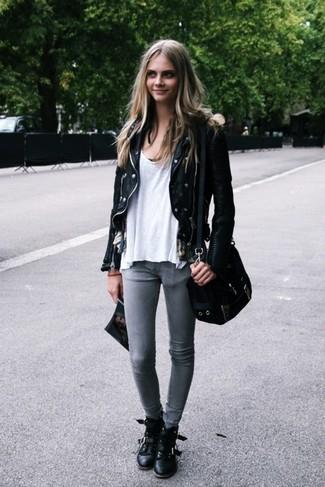 Cómo combinar: chaqueta motera de cuero negra, camiseta con cuello circular blanca, vaqueros pitillo grises, botas planas con cordones de cuero negras