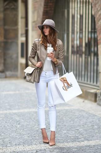 Este combinación de una camiseta y unos vaqueros pitillo desgastados blancos te da una onda muy informal y accesible. Zapatos de tacón de cuero marrón claro levantan al instante cualquier look simple.