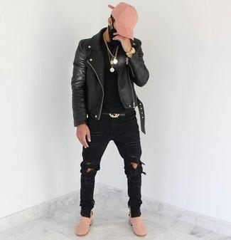 Cómo combinar: chaqueta motera de cuero negra, camiseta con cuello circular negra, vaqueros pitillo desgastados negros, botines chelsea de ante rosados