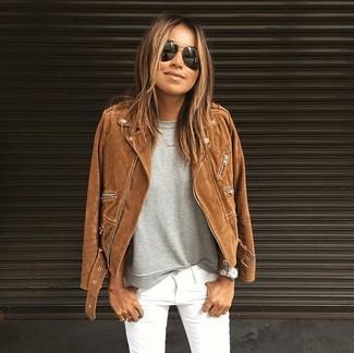 Cómo combinar: chaqueta motera de ante marrón, camiseta con cuello circular gris, vaqueros pitillo blancos, gafas de sol negras