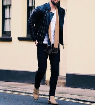 Cómo combinar: chaqueta motera de cuero acolchada negra, camiseta con cuello circular blanca, vaqueros pitillo negros, botines chelsea de ante en beige