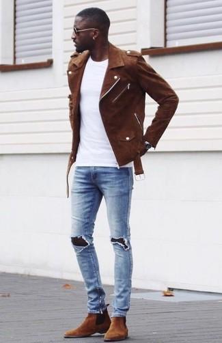 Cómo combinar: chaqueta motera de ante marrón, camiseta con cuello circular blanca, vaqueros pitillo desgastados celestes, botines chelsea de ante marrónes