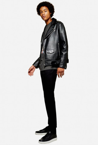 Cómo combinar: chaqueta motera de cuero negra, camiseta con cuello circular estampada en gris oscuro, vaqueros pitillo negros, tenis de cuero negros