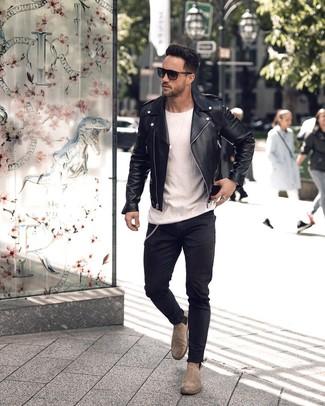Cómo combinar unos botines chelsea de ante grises: Para un atuendo tan cómodo como tu sillón intenta combinar una chaqueta motera de cuero negra con unos vaqueros pitillo negros. ¿Te sientes valiente? Haz botines chelsea de ante grises tu calzado.